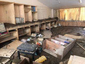 泥や木々、園舎内の家具等がごちゃごちゃになっている