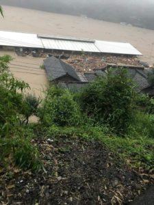 屋根を残して水没した園舎